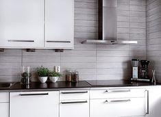 Renoverat kök. Foto: Konradssons kakel Subway Tile Kitchen, Kitchen Backsplash, Kitchen Cabinets, Kitchen Island, Kitchen Corner, Smart Kitchen, Beautiful Interior Design, Modern Interior Design, Kitchen Styling