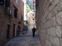 Ruelas com pedra nas paredes e chão-Kotor Montenegro