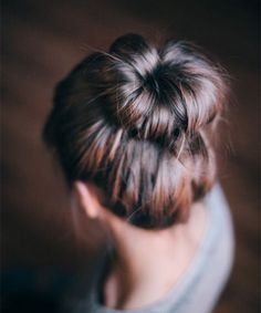 It's sophisticated yet casual, easy and versatile- we're talking about the messy bun. And here's how to do a messy bun with long hair in a few simple steps.