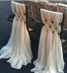 une belle décoration de chaises avec des écharpes en dentelle