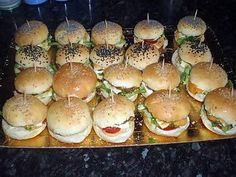 Aperitif dinner mini do-it-yourself hamburger Mini Hamburgers, Homemade Hamburgers, Burger Bread, Homemade Sandwich, Mini Sandwiches, Food Tags, Delicious Burgers, Clean Eating Snacks, Finger Foods