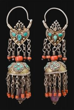 In these silver earrings, in some parts with antic golden-silver, it comes close to turquoise blue and to red coral, Mediterranean material ,very appreciated by the central Asiatic population for its presume superstitious quality.  ■Origin: Uzbekista
