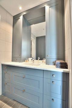 Baderomsinnredning tilpasset mellom to vegger med vitrineskap til benk. Bianco Arabescato marmor benkeplate, møbelknott ONE L18 H31 B18mm, antikk sølv