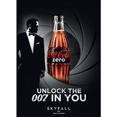"""Otro ejemplo de marketing experiencial, la compañia Coca-Cola instaló una maquina de refrescos en la estación de tren de Amberes que invitaba a sacar el agente secreto que tenemos dentro y formar parte de una mision secreta para conseguir entradas del pre estreno de la nueva peli de James Bond """"Skyfall"""". Una experiencia divertida con mucha tensión."""