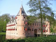 Het oude Loo (the Old Palace - still a Royal Family Recidence) Apeldoorn, The Netherlands NOT open to public. Castle Ruins, Medieval Castle, Unique Buildings, Beautiful Buildings, Castle Pictures, Temple Ruins, Beautiful Castles, World Cities, Historical Architecture