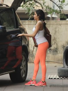 Best 12 Jhanvi kapoor looks super fit in her peach yoga pants. Catch her unseen hot workout photos. Bollywood Actress Hot Photos, Bollywood Girls, Bollywood Fashion, Bollywood Images, Indian Bollywood, Girls In Leggings, Girls Jeans, Blue Leggings, Mom Jeans