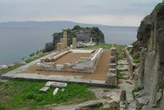 Temple of Athena, Karthaia, Kea island, Greece. Ancient Greek Theatre, Somewhere In Time, Ancient Beauty, Archaeological Site, Ancient Greece, Mount Rushmore, Island, Vacation, Architecture