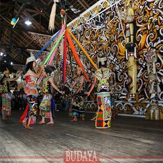 "Tarian Manyam Tali berasal dari suku Dayak Kenyah. Semula, tarian ini dinamakan ""KANCET MENYAM TALI"" berarti Tarian Anyam Tali. Para penari memegang tali atau pita aneka warna yang menjadi perlambang atau symbol dari keanekaragaman suku, adat, budaya dan agama masyarakat yang tinggal di Kalimantan Timur. Di a"