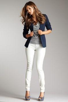 Tee-shirt gris col bénitier + pantalon blanc + blazer bleu marine + escarpins gris