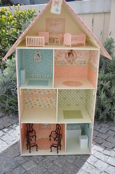 Doll house built with heavy chipboard and papers Lucky Girl, Play Houses, Doll Houses, Working Mother, House Built, House Made, Chipboard, Bookbinding, Miniature Dolls