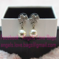 ♥ CHANEL 2014 Cruise Collection - Cyrstal Clover Earring with CC Logo Pearl on front & Back - A62740 ♥     ➭ We provide international shipping  ➭ Facebook : Angels Love Bags  ➭ Email : angels.love.bags@gmail.com