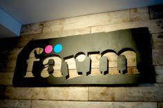 Dans un domaine différent, mais à l'esthétique et au projet intéressants : Färm, épicerie bio et coopérative à Bruxelles.