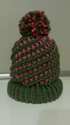 Questa è la mia prima creazione riuscita con circle loom, in verde militare con inserti fuxia