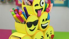 Decora tu escritorio de manera divertida y práctica con estos lindos emojis: 6 caritas con diferentes compartimientos y cajones para organizar tus útiles escolares, una caquita de colores como port… Friendship Crafts, Friendship Party, Art N Craft, Diy Art, Emoji Craft, Cd Diy, Sunday School Crafts, Cardboard Crafts, Shopkins