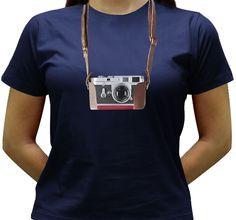 Camiseta estampada com a imagem de uma câmera antiga, a Leica M3.