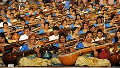 Musicians participate in a concert featuring 1110 artists playing the veena, a classical Indian musical instrument, in Bangalore. Indiana, Desi Music, Indian Musical Instruments, Motivational Slogans, Today Pictures, Indian Artist, Click Photo, Folk Music, Color Of Life