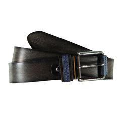 Echtes Leder - Echte Optik. Hier trifft jeder Blick in's Schwarze, denn das edle Leder wurde zu einem echten Eyecatcher verarbeitet. Das hochwertige Design schafft es spielerisch leicht jedes Outfit auf klassische Art aufzupeppen. Echtledergürtel aus Rindsleder, Schnalle und Schlaufe mit blauem Lederkontrast abgesetzt, Tolles Farbspiel auf der Lederoberfläche mit dunkeln Kanten, Passt zu jedem ...