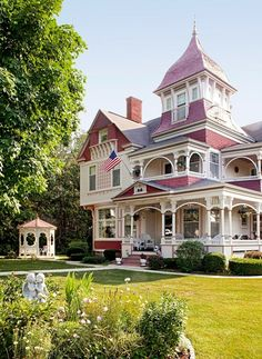 Learn to recognize and appreciate Queen Anne architecture and all its exuberant Victorian features Architecture Design, Victorian Architecture, Beautiful Architecture, Beautiful Buildings, Beautiful Homes, Victorian Bed, Victorian Style Homes, Victorian Fashion, Pink Houses