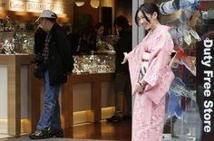 12月3日、訪日外国人観光客の大幅な増加が、近畿圏や中部圏の私鉄各社の株価を押し上げている。免税店で接客する女性。銀座で5月撮影(2014年 ロイター/Yuya Shino)