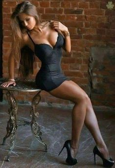 Curvy Outfits, Sexy Outfits, Tight Dresses, Sexy Dresses, Classy Women, Sexy Women, Women With Beautiful Legs, Photos Free, Belle Silhouette