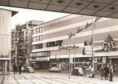 Corso Cinema aan de Kruiskade, waarschijnlijk begin jaren zestig. De bioscoop is in 1961 geopend en in 1997 gesloten, Corso had een zaal met 808 zitplaatsen. De foto is van skyscrapercity.com