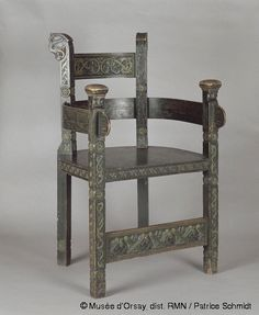 his throne-like chair above is made of softwood.  It elaborately yet boldly carved with a queen's head  and two knights. The Norwegian Lars Kinsarvik (1846-1925)  is said to have created many examples of 'dragon style'  furniture. 'Karveskurd' is the name given to this kind of  geometrically symmetrical carving.