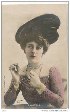 Emilienne d'Alencon, attrice e ballerina, foto / cartolina postale di inizio '900, colorata in studio.