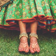 Totally crushing over bride Smridhi's mehndi details and the stunning stone-studded payal captured by WeddingSutra Favorite Anklet Designs, Mehandi Designs, Jewellery Designs, Antique Jewellery, Rangoli Designs, Big Fat Indian Wedding, Indian Bridal, Indian Weddings, Wedding Henna