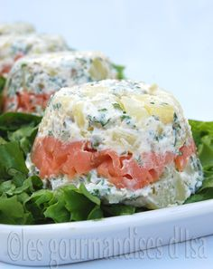 Layered Smoked Salmon and Potato. Smoked Salmon and Potato Layered Salad Seafood Recipes, Cooking Recipes, Healthy Recipes, Tapas, Fast Food, How To Cook Fish, Food Hacks, Finger Foods, Food Inspiration