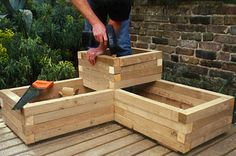 Wooden planters are attractive and easy to make. Learn how to build your own using pressure-treated timber, in our practical guide. Diy Wooden Planters, Diy Planter Box, Wooden Diy, Wooden Garden Boxes, Cheap Planters, Pallet Planters, Pallet Gardening, Rustic Planters, Pallet Fence