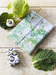 5 DIY ideas: stamping with fruits and vegetables DIY-Ideen: Stempeln mit Obst und Gemüse Art Floral, Diy Your Wedding, Diy And Crafts, Arts And Crafts, Pressed Flower Art, Ideias Diy, Fabric Painting, Diy Art, Fabric Crafts