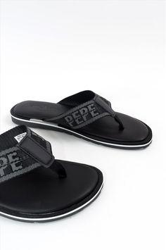 Ανδρικές παντόφλες της εταιρείας Pepe Jeans. Διαθέτουν αντιολισθητική σόλα για να προσφέρουν άνετο και σταθερό περπάτημα. Slip On, Sneakers, Shoes, Fashion, Tennis, Moda, Slippers, Zapatos, Shoes Outlet