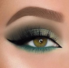 18 Christmas Makeup Inspiration For Your – Maquillage des Yeux Gold Eyeliner, Glitter Eye Makeup, Glam Makeup, Eyeshadow Makeup, Makeup Brushes, Makeup Tips, Makeup Ideas, Makeup Remover, Eyebrow Makeup