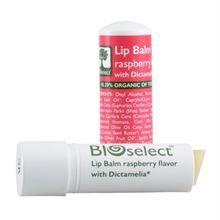 BIOselect Læbepomade Hindbær.  Læbepomade - Hindbær. Rig på antioxidanter, der beskytter læberne både sommer og vinter. Beriget med Shea- og cacaosmør, vitamin E samt værdifulde fedtsyrer, der nærer, fugter og beskytter de tynde og sarte læber. Løbepromaden gør den daglige beskyttelse af dine læber til ren velvære, med smag af hindbær