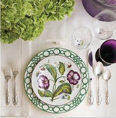 Plato llano diseño de Charlotte Moss para Pickard China, y el de las flores es Chelsea Botanicals de Mottahedeh.