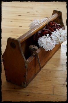 Vanha työkalupakki, hortensiaa ja vaahteranlehtiruusuja Tray, Decorations, Dekoration, Trays, Ornaments, Decor, Decoration, Board, Embellishments