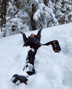 Mode Au Ski, Shotting Photo, Ski Season, Winter Pictures, Christmas Aesthetic, Winter Time, Winter Christmas, Modern Christmas, Winter Snow