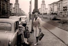Das alte Berlin im Jahr 1962: Karla Kenitz schickt uns dieses Bild, auf dem man sie mit ihrer Mutter und ihrem Bruder sieht. Im Hintergrund gut erkennbar: Die Türme der Hochhäuser am Frankfurter Tor. Ihre Kuppeln sind übrigens den Gontardschen Kuppeln am Gendarmenmarkt nachempfunden.