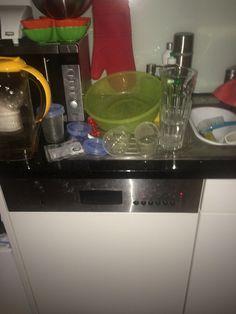 Die Abwaschmaschine läuft noch und es hat schon wieder neues Geschirr