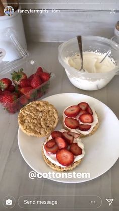 """""""Fun Mom after school snack idea"""" rice cake/crackers whipped cream (can mix with peanut butter powder in) and fruit! Rice Cake Snacks, Rice Cake Recipes, Snack Recipes, Dessert Recipes, Desserts, Think Food, Love Food, Plats Healthy, Food Goals"""