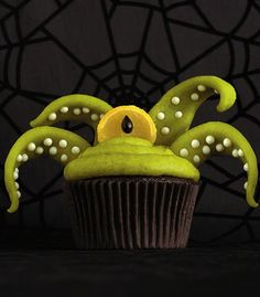 Scary one-eyed monster Halloween cupcakes. #food #cupcakes #Halloween