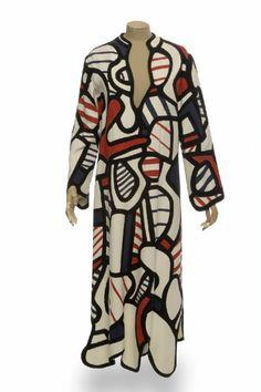 Cette robe a été réalisée à partir d'une maquette préparatoire créée par Jean Dubuffet en coton blanc peint Flashe et acryl et datée du 8 décembre 1971