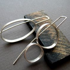 Bijoux Tendance 20192019 This is soooo RACHEL mismatched earrings Contemporary Jewellery, Modern Jewelry, Metal Jewelry, Jewelry Art, Silver Jewelry, Jewelry Accessories, Silver Hair, Bijoux Design, Schmuck Design