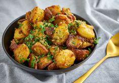 Kartofler i ovn - Opskrift på sprøde ovnkartofler m rosmarin og hvidløg Veggie Recipes, Side Recipes, Potato Recipes, Real Food Recipes, Healthy Recipes, Crispy Potatoes In Oven, Roasted Potatoes, Bistro Food, Everyday Food