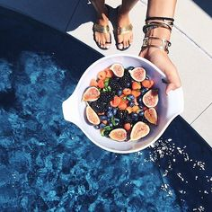 With a bowl of berries you'll never feel unsatisfied. Source: Instagram user songofstyle
