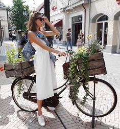 Holland-Feeling pur bekommen wir bei diesem Outfit-Bild mit dem schönen Rad und den ganzen Blumen! Entdecke noch mehr Outfitideen und Fashion-Inspirationen auf COUCHstyle.de! #fashion #outfit #style #inspiration #mode #ootd #niederlande #holland #overall #jeansjacke #hollandrad