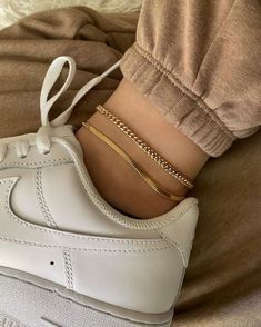 Ankle Jewelry, Cute Jewelry, Jewelry Accessories, Fashion Accessories, Fashion Jewelry, Trendy Accessories, Mickeal Kors, Bracelet Bras, Jugend Mode Outfits