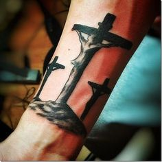 Tatuajes de jesucristo en la cruz, cubierto en negro