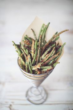 Crispy Baked Parmesan Green Bean Fries Recipe | Key Ingredient Ingredients 1	(14 oz)Bag of frozen whole green beans (or about 4 cups fresh) ¼	cup	Parmesan cheese, grated ½	tsp	Garlic powder ¼	tsp	Salt (or to taste) ⅛	tsp	Pepper (or to taste)