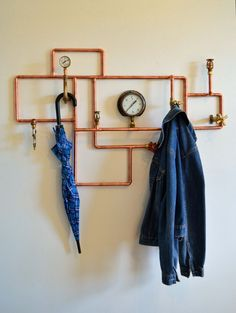 DIY coat and hat rack ideas you'll want to make on your home. With this organizer, you'll save your clothes off the floor. Keep your room clean and tidy! Some of them are very easy to made! Diy Hat Rack, Hat Hanger, Hangers, Furniture Making, Diy Furniture, Furniture Design, Coat And Hat Rack, Coat Racks, Cowboy Hat Rack